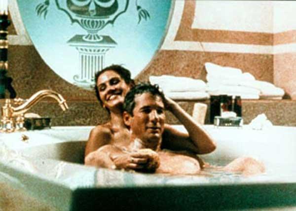 Красотка в ванной под музыку
